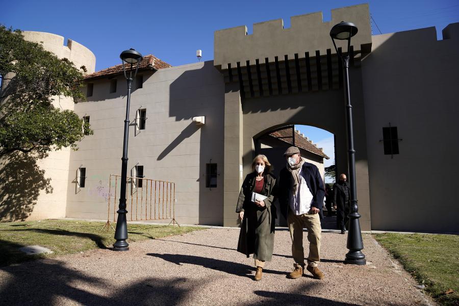 Visita a la Biblioteca del Castillo del Parque Rodó