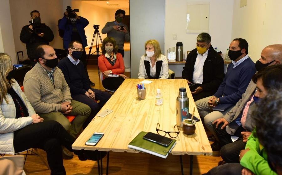 Carolina Cosse junto a los alcaldes y alcaldesas electos